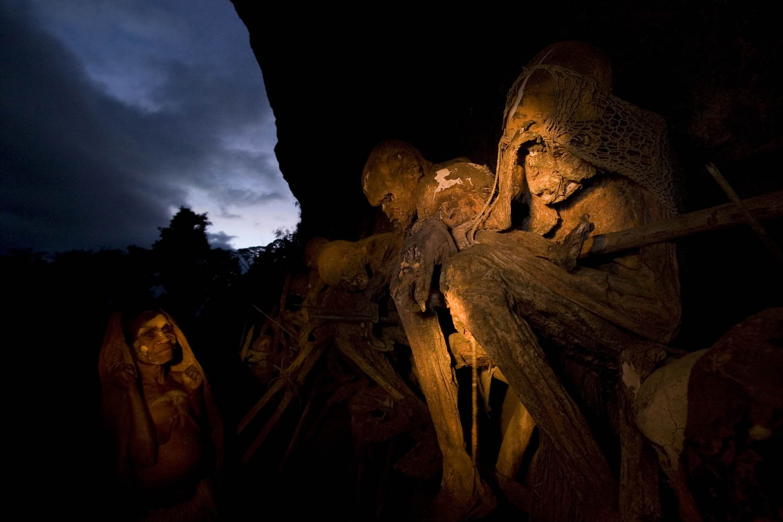 D_1563Mosi sucht Rat bei ihren mumifizierten Ahnen, Papua Neuguinea.Mosi consults her mummified ancestors, Papua New Guinea.