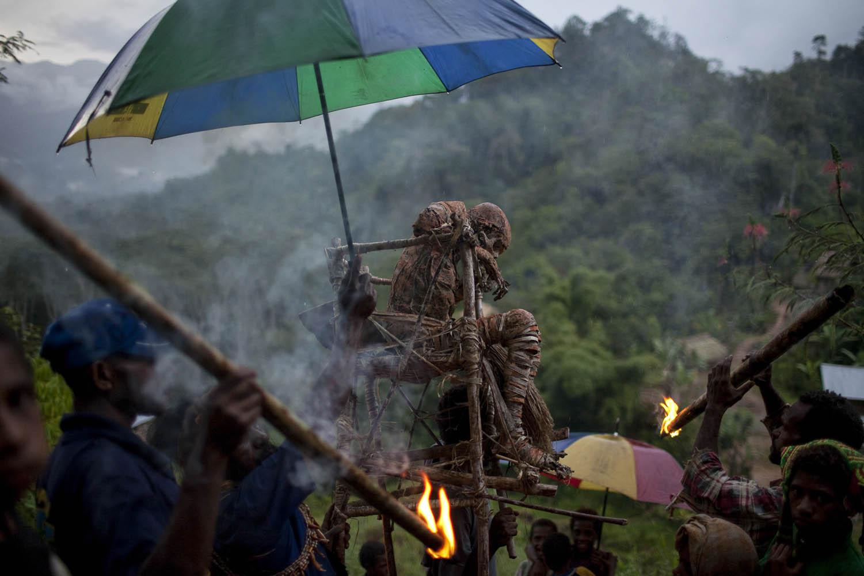 PNG10_0410_0842Der mumifizierte Moymango wird ins Dorf getragen, Papua Neuguinea.The mummified Moymango gets carried down to the village, Papua New Guinea.