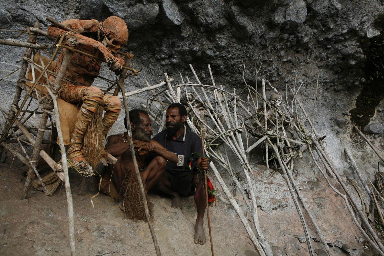 PNG08_0612_5207Mumie Moymango, Sohn Gemtasu und dessen Sohn Awateng, Moymangos Enkel, Papua Neuguinea.Mummy Moymango, son Gemtasu and his son Awateng, Moymango's grandson, Papua New Guinea.