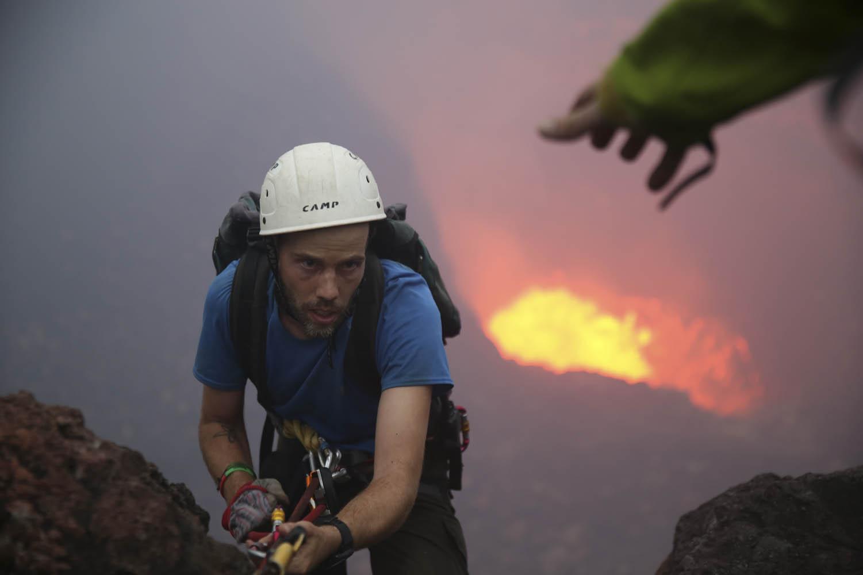 141104_24426Wissenschaftler Thomas Boyer klettert aus dem Krater des Benbow, Ambrym, Vanuatu.Scientist Thomas Boyer climbs out of the crater of Benbow Volcano, Ambrym, Vanuatu.