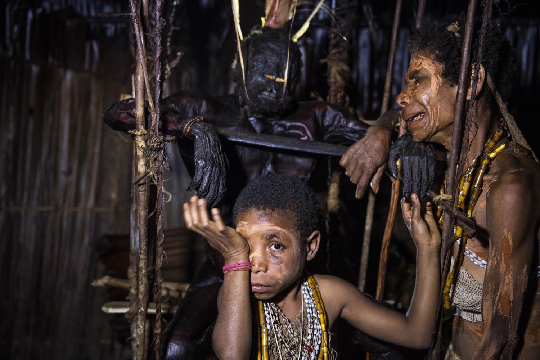 150813_01724Gemtasu und sein Urenkel, Papua Neuguinea.Gemtasu and his grandson, Papua New Guinea.