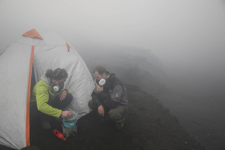 150526_4227Wissenschaftler Thomas Boyer und Alpinist Sebastian Hofmann beim Camping im Krater des Benbow, Ambrym, Vanuatu.