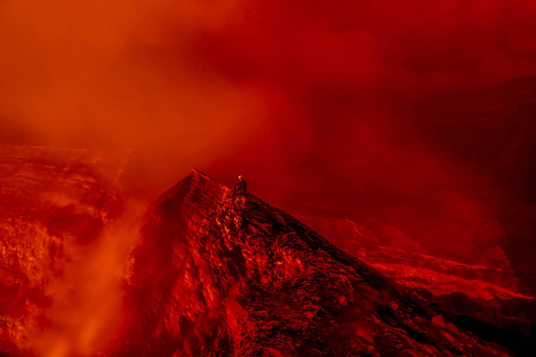 141030_17630Wissenschaftler Thomas Boyer im Innern des Benbow Vulkan, Ambrym, Vanuatu.Scientist Thomas Boyer inside the Benbow Volcano, Ambrym, Vanuatu.