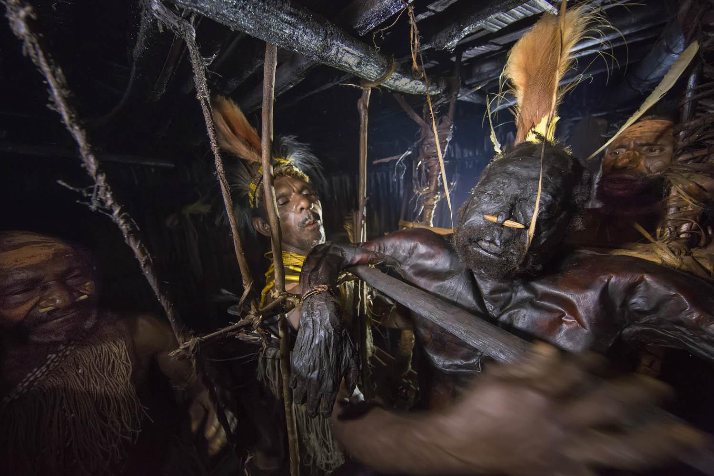 150813_05749Maremba und Assik verreiben Gemtasu's Körperflüssigkeiten, Papua Neuguinea.Maremba and Assik wipe down Gemtasu's body juices, Papua New Guinea.