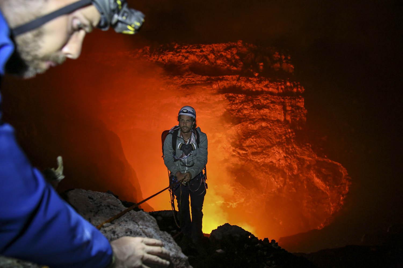 150603_08627Alpinist Sebastian Hofmann seilt sich auf die 3. Terrasse ab, Benbow, Ambrym, Vanuatu.Alpinist Sebastian Hofmann abseils to the third terrace of Benbow Volcano, Ambrym, Vanuatu.