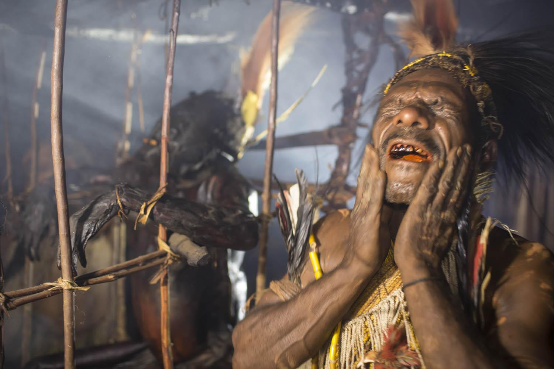 150813_05559Assik trägt sich Gemtasu's Leichensaft auf das Gesicht, um so Gemtasu's Geist in sich weiterleben zu lassen, Papua Neuguinea.Assik smears Gemtasu's body juices on his face, that Gemtasu's spirit can continue to live inside him, Papu
