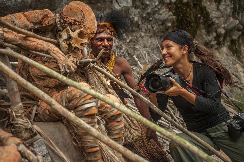 GEO09_1119_1620Mit Mumie Moymango und Assik in Papua Neuguinea.With mummy Moymango and Assik in Papua New Guinea.Photo: Helge Stang