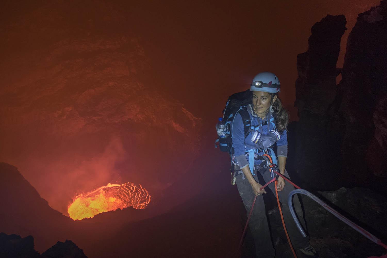 141104_22742Ulla Lohmann beim Abseilen in den Benbow Vulkan, Vanuatu, Südpazifik.Ulla Lohmann abseils into Benbow Volcano, Vanuatu, South Pacific.Photo: Felix Rahm