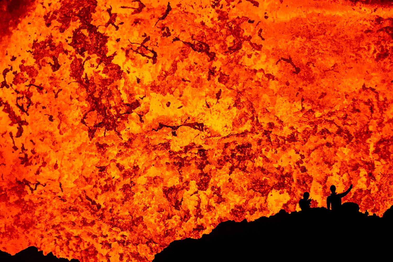 141104_22826Wissenschaftler Thomas Boyer und Alpinist Sebastian Hofmann auf der dritten Terrasse vor dem Lavasee des Benbow Vulkanes, Ambrym, Vanuatu.Scientist Thomas Boyer and Alpinist Sebastian Hofmann on the third terrace in front of the lava lake of