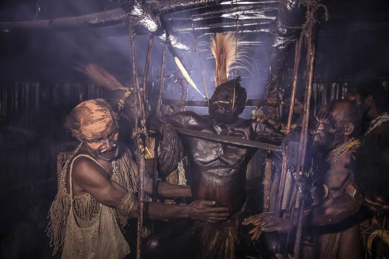 150813_01237Gemtasu wird von seinen Brüdern Maremba und Michael mumifiziert, Papua Neuguinea.Gemtasu gets mummified by his brothers Maremba and Michael, Papua New Guinea.