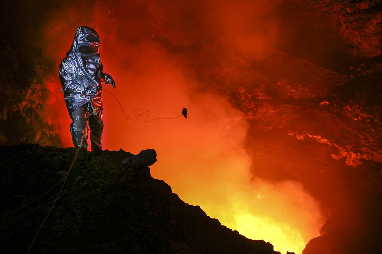 150603_14684 Entnahme einer Probe der frischen Lava vom Benbow Vulkan, Ambrym, Vanuatu.Taking a sample of the fresh lava of Benbow Volcano, Ambrym, Vanuatu.