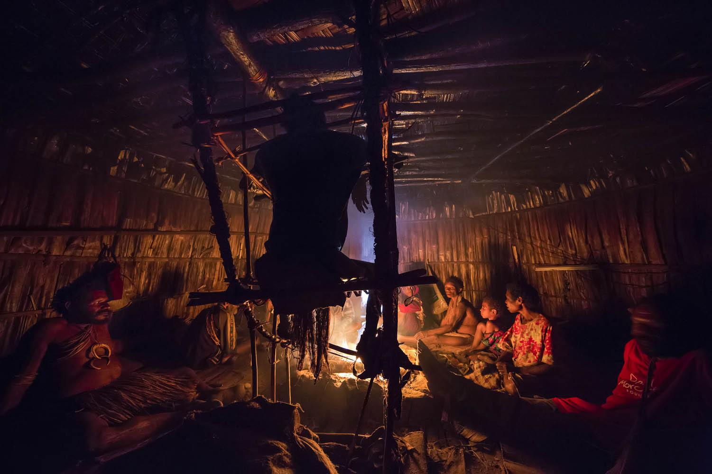 150813_09066Die ganze Familie wohnt während der drei monatigen Mumifizierung in Gemtasu's Räucherhütte, Papua Neuguinea.During the three month long mummification, the entire family lives inside Gemtasu's smoking house, Papua New Guinea.