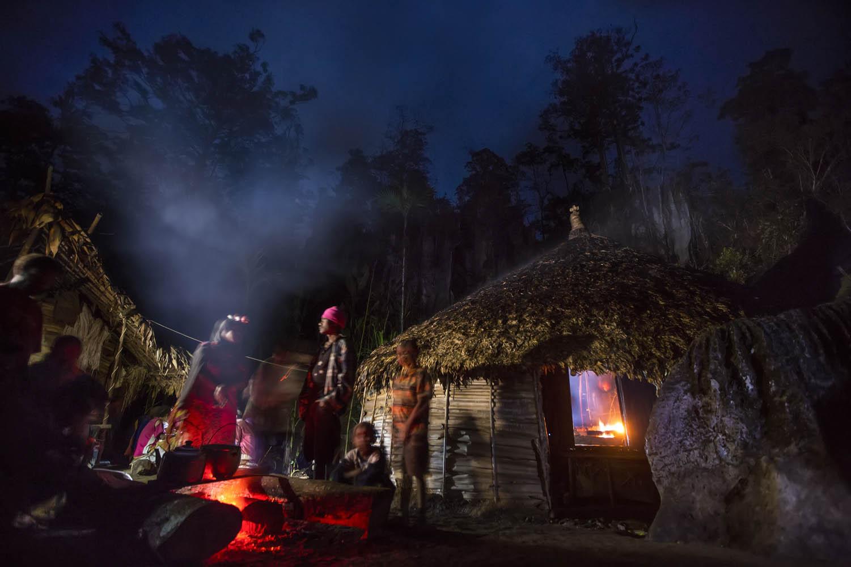 150813_04196Zu Lebzeiten hat Gemtasu seine Räucherhütte selbst gebaut, Papua Neuguinea.Whist he was still alive, Gemtasu built his smoking hut himself, Papua New Guinea.