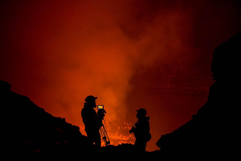 150603_12590Filmaufnahmen mit Gasmaske im Benbow Vulkan, Vanuatu.Filming with Gas Masks inside the Benbow Volcano, Vanuatu.