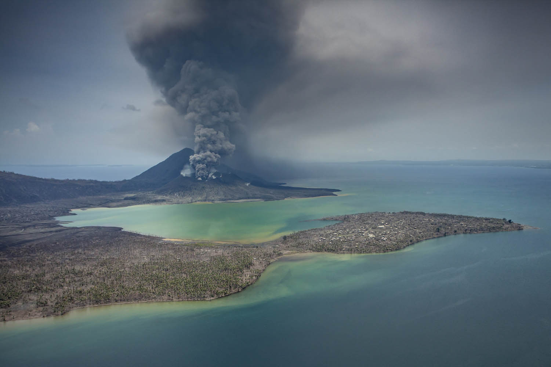 PNGBBC09_0307_30928Der Tavurvur Vulkan, Papua Neuguinea, färbt das Wasser in der Blanche Bay.Tavurvur Volcano, Papua New Guinea, colors the water of Blanche Bay.