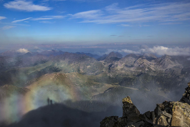 """130830_2435Ein """"Brockengespenst"""" entsteht dadurch, dass die Sonne einen Schatten auf den Nebel projiziert, und durch die Lichtbrechung und Reflektion entsteht ein Regenbogen, Cima d'Asta, Dolomiten, Italien.""""Brockengespenst"""": The sun projects"""