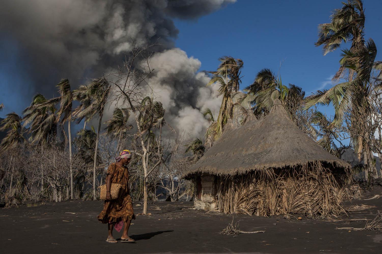 PNG08_1006_7230Seipa auf dem Heimweg, Matupit, Tavurvur Vulkan, Papua Neuguinea.Seipa walks home, Matupit, Tavurvur Volcano, Papua New Guinea.