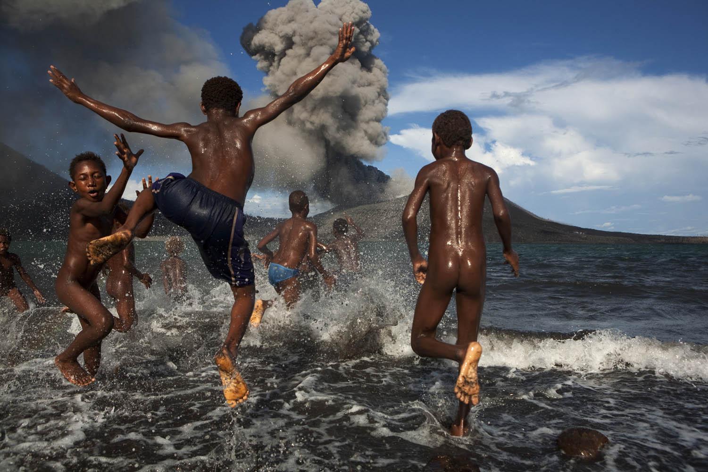 PNG08_1006_7401Die Kinder von Matupit, Ostneubritannien in Papua Neuguinea, kennen ihre Insel nur unter einer Ascheschicht begraben.The Children of Matupit, East New Britain Province, Papua New Guinea only know their island covered in Ash.