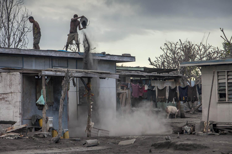 GEORAB09_1126_3966Nur das ständige Säubern des Daches kann einen Einsturz verhindern, Tavurvur Vulkan, Papua Neuguinea.Regular roof cleaning is the only way to prevent a total collapse, Tavurvur Volcano, Papua New Guinea.