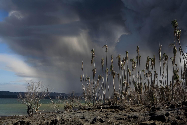 PNG08_0702_0539An manchen Tagen fallen bis zu zwei Zentimeter Asche, Tavurvur Vulkan, Papua Neuguinea.On an average day, there can be up to 2cm of ashfall, Tavurvur Volcano, Papua New Guinea.