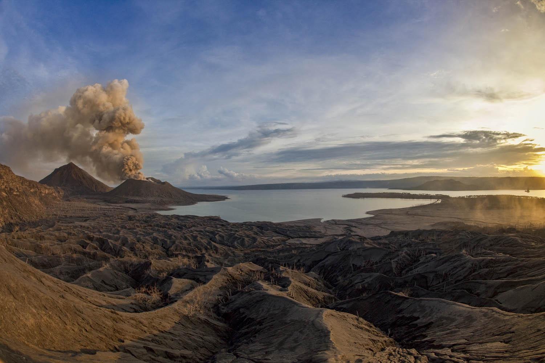 GEORAB09_1127_7518Tavurvur Vulkan, Papua Neuguinea mit Matupit und zerstörten Kokosnuss-plantagen. Tavurvur Volcano, Papua New Guinea with Matupit and destroyed coconut plantations.