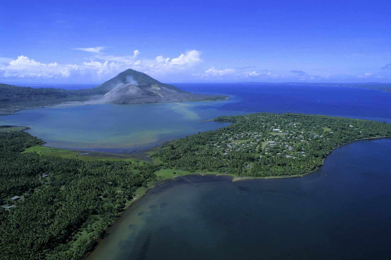 030_aerial02_1Tavurvur Vulkan mit Halbinsel Matupit, Papua- Neuguinea.Tavurvur Volcano with Matupit, Papua New Guinea.