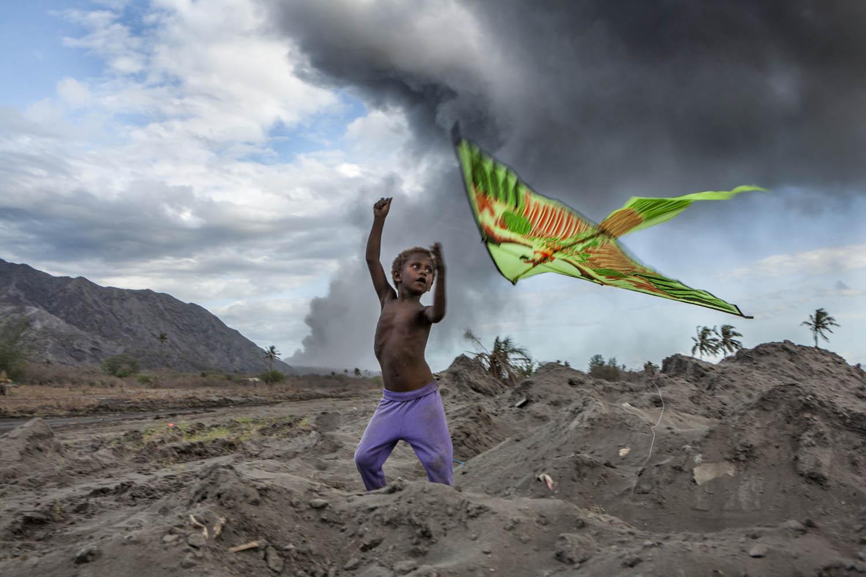 PNG08_1004_2017Auf Matupit sind die Kinder ständig dem Staub ausgesetzt und bekommen Haut- und Lungenprobleme, Tavurvur Vulkan, Papua Neuguinea.On Matupit Island, the children are constantly exposed to ash, and they start to develop skin and lung probl