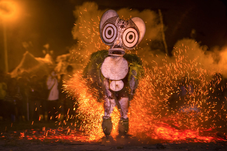 130720_09120Feuertanz, Bainings bei Rabaul, Papua Neuguinea.Fire dance, Bainings near Rabaul, Papua New Guinea.