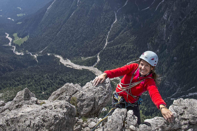 "130817_0141Ulla Lohmann in ""Corradini Frisch"", 725 m auf den Gipfel der Pala del Refugio, Pala, Dolomiten, Italien. Ulla Lohmann climbs the 725 meter long route ""Corradini Frisch"" to the summit of Pala del Refugio in the Pala group, Dolomites, Italy"