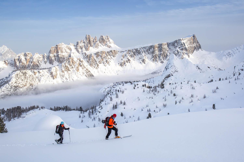 140218_0801Sebastian Hofmann und Ulla Lohmann bei einer Skitour entlang der Cinque Torri, Dolomiten, Italien.Sebastian Hofmann and Ulla Lohmann cross country skiing around the Cinque Torri, Dolomites, Italy.