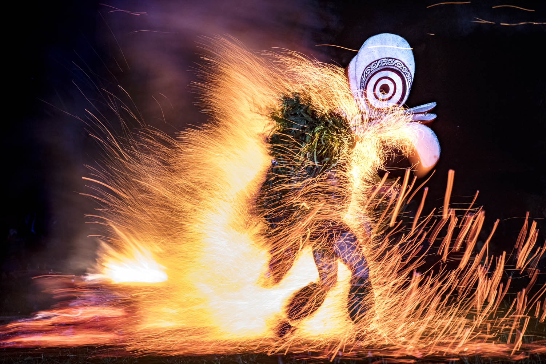 161117_0144Der Feuertanz, ein Schutzritual des Bainings- Stammes, Papua Neuguinea.The firedance, a protection ritual of the Bainings tribe, Papua New Guinea.