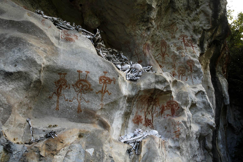 140726_11591Wissenschaftlich unerforschte Felsmalereien und Begräbnishöhle in Morobe Provinz, Papua- Neuguinea.Scientifically unknown Stalactite Cave in Morobe Province, Papua New Guinea.