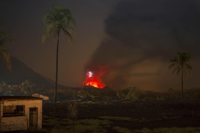 PNG09_2501_2574Tavurvur Vulkan und die Ruinen von Rabaul, Papua Neuguinea.Tavurvur Volcano and the ruins of Rabaul,  Papua New Guinea.